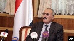 即將下台的也門總統薩利赫星期天在薩那對記者發表講話