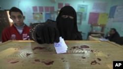 一名埃及妇女在2011年12月议会选举中投下自己一票