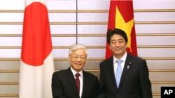 越共總書記阮富仲(左)與日本首相安倍晉三在東京首相辦公室舉行會晤 (2015年9月15日)