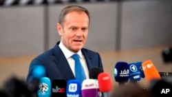 El presidente del Consejo Europeo Donald Tusk, habla con los medios de comunicación cuando llega a una cumbre de la UE en el edificio Europa en Bruselas el sábado 29 de abril de 2017.