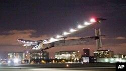El avión Solar Impulse 2 vuela de noche con la energía almacenada durante el día a través de las células fotovoltaicas localizadas en las alas.