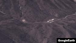 미사일 기지로 추정되는 금창리 인근 산악지대. 왼편에 사일로(silo)로 불리는 지하 미사일 격납고로 추정되는 시설이 있고, 오른편에는 조립과 관측용 건물이 들어서 있다. 구글어스 이미지.