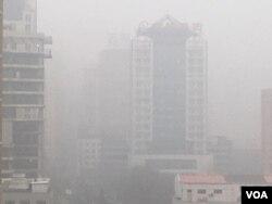 2016年12月20日中午,北京朝阳区秀水街使馆区雾霾中的楼宇。(美国之音叶兵拍摄
