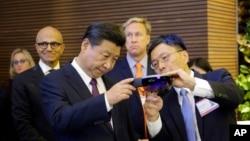 Harry Shum, à droite, le vice-président exécutif de Microsoft technologie et recherche explique au président chinois Xi Jinping, à gauche, le fonctionnement d'HoloLens, à Redmond, le 23 septembre 2015. (AP Photo/Ted S. Warren, Pool)