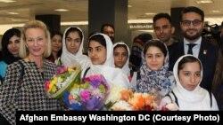 دختران متعلم افغان، پس از مواصل در میدان هوایی واشنگتن دی سی