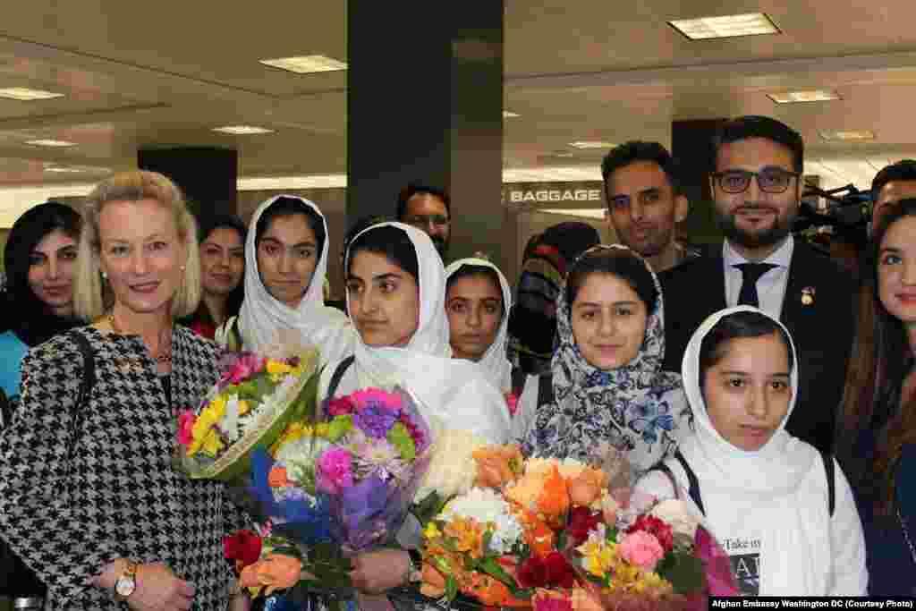 حمدالله محب سفیر افغانستان در ایالات متحده برای پذیرایی گروه دختران روبات ساز افغان به میدان هوایی رفت و آز حضور آنان در رقابت جهانی روبات استقبال کرد.
