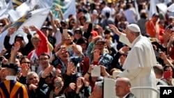 El Papa Francisco es conducido a través de la multitud en la Plaza de San Pedro en el Vaticano, el domingo 30 de abril de 2017.