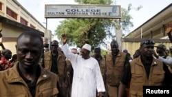 Le président Alpha Conde, à la tête du Rassemblement du Peuple de Guinée (RPG), salue les habitants dans les rues de Conakry en octobre 2015, Guinée, est le médiateur de la crise en cours en Guinée-Bissau.