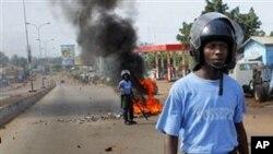 Des policiers guinéens affrontant les partisans de l'opposition à Conakry (Archives AP)