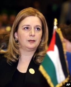 Suha Arafat, janda mendiang Presiden Palestina Yasser Arafat, akan meminta jenazah mendiang suaminya dengan menggali makamnya di kota Ramallah.