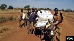 Los agricultores de Burkina Faso transportan sus cosechas almacenadas en bolsas herméticas.