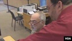 正在学习使用脸书的老人(视频截图)
