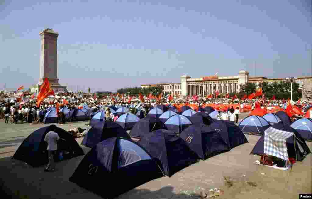 """要求民主的抗议者们在天安门广场搭起帐篷。他们的抗议随后遭到了""""中国人民解放军""""的暴力镇压。天安门广场是中国的权力中心,却承载了一段交错着革命与血腥的坎坷历史(1989年6月3日)"""