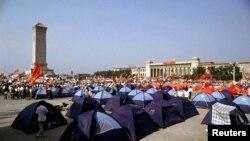 1989年6月3日,示威学生们在天安门广场上安营扎寨,第二天的武力镇压导致国际制裁中国政府