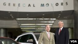 Fritz Henderson (izquierda) y Chairman Edward E. Whitacre, Jr. en la casa matriz de GM en Detroit, Michigan.