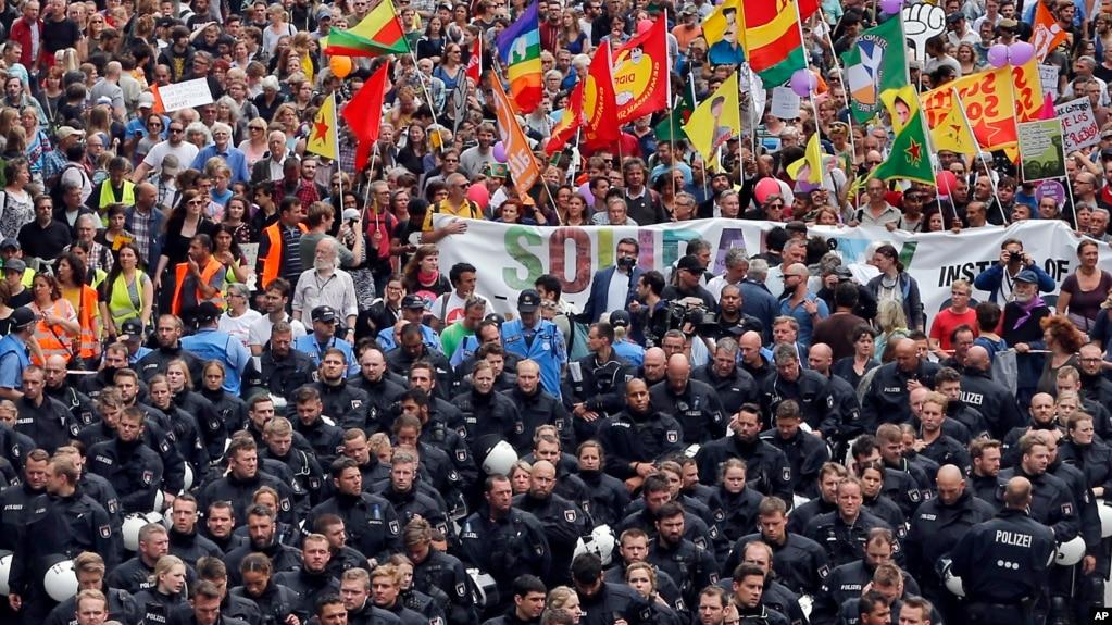 Cảnh sát chống bạo động hộ tống một cuộc biểu tình phản đối hội nghị G-20 ở thành phố Hmaburg, phía bắc nước Đức, ngày 8 tháng 7, 2017.