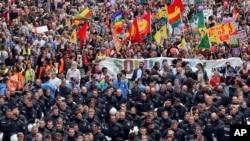 Des policiers anti-émeutes bloquent un rassemblement de protestation contre le sommet du G20 à Hambourg, au nord de l'Allemagne, le samedi 8 juillet 2017. (AP / Michael Probst)