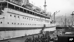 """历史照片:皇家莱斯特郡团第一营的军人走下英国""""哈拉达尔帝国""""运兵船,增援驻香港的英国守军。(1949年6月14日)"""
