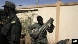 Pasukan Burkina Faso tiba di Mali sebagai bagian dari misi militer Afrika untuk memerangi kelompok militan terkait al-Qaida yang merebut wilayah Mali utara (19/1).