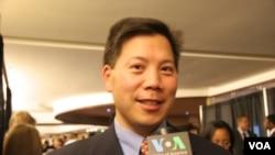 卢沛宁(Chris Lu) 接受美国之音记者采访(美国之音张蓉湘拍摄)