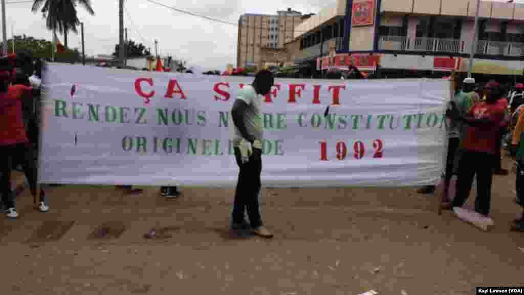 """Des manifestants de """"Ça suffit"""" dans les rues de Lomé, le 4 octobre 2017. (VOA/Kayi Lawson)"""