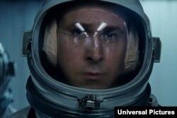 رایان گاسلینگ در نقش نیل آرمسترانگ، در فیلم «نخستین انسان»، «گامی بلند برای بشریت»
