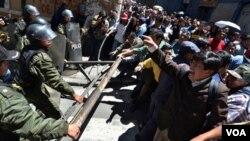 Bentrokan antara polisi dan warga yang melancarkan aksi protes di La Paz, Bolivia (26/9).