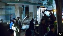 Des agents de sécurité se rassemblent sur le site d'un attentat à la voiture près de l'ambassade d'Italie à Tripoli, en Libye, le 21 janvier 2017.
