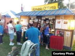 2013년 캔사스주 캔사스시티 한인회에서 시민들에게 한국음식을 소개하고 있다. 사진 제공=캔자스주 캔사스시티 한인회 페이스북 캡처.