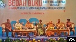 "Menteri Kelautan dan Perikanan Susi Pujiastuti (tengah) berbicara peluncuran bukunya berjudul ""Laut Masa Depan Bangsa"", Rabu (28/2). (Foto: VOA/Fathiyah)"
