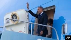 Presiden Obama ketika tiba di Bandara Internasional San Francisco untuk berbicara dalam KTT Keamanan Dunia Maya di Universitas Stanford.