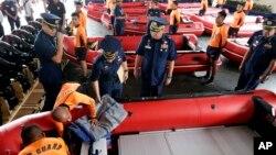 필리핀 해안경비대원들이 6일 초대형 태풍 '하이옌'에 대비해 새로 도입한 고무보트를 점검하고 있다.