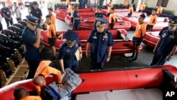 Pimpinan Penjaga Pantai Filipina Adm. Rodolfo Isorena (tengah) memeriksa perahu-perahu karet baru seusai upacara pemberkatan peraltan ini di Manila (6/11). Filipina bersiap menghadapi hantaman topan Hiyan, yang diperkirakan akan melanda bagian tengah negara itu akhir pekan ini.