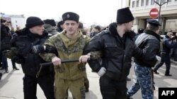 Những người thân Nga tình nguyện đứng canh gác trước trụ sở Quốc hội Crimea trong một cuộc biểu tình thân Nga ở Simferopol, 6/3/14