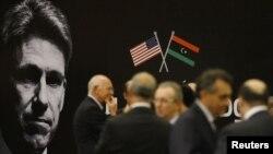 Diplomáticos en Tripoli durante un homenaje al embajador Chris Stevens, muerto durante el ataque al consulado estadounidense en Bengasi.