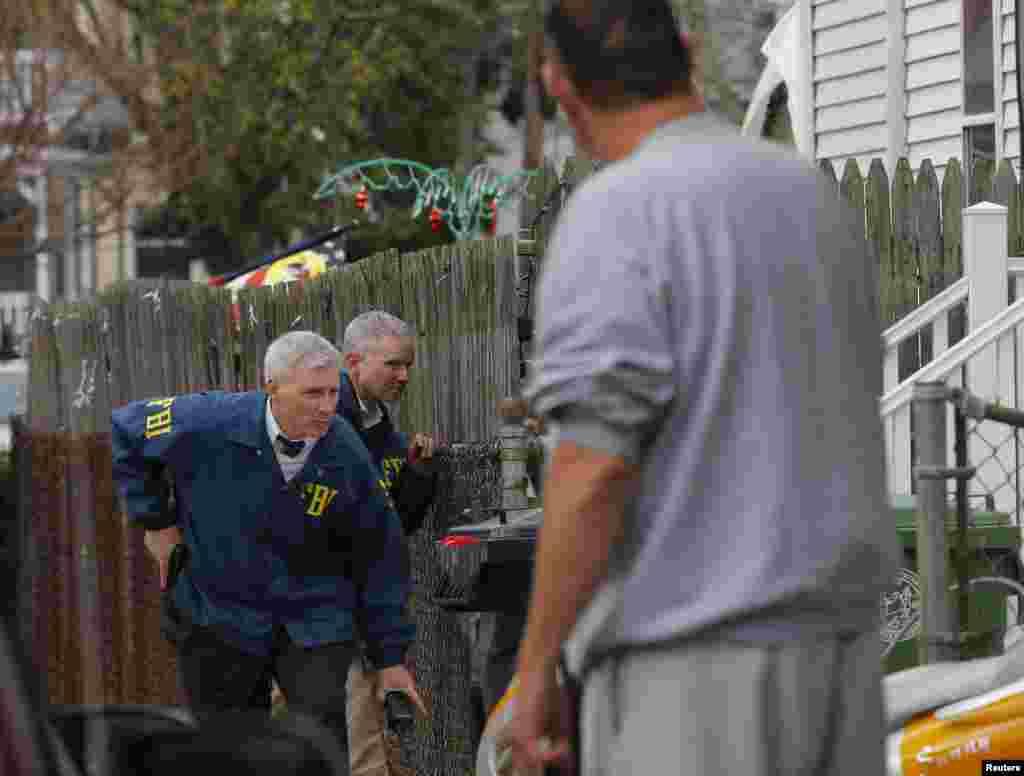 Agentes del FBI realizan una búsqueda casa por casa para hallar al sospechoso, quien estaría armado y es considerado altamente peligroso.