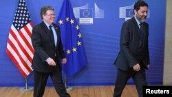 El estadounidense Dan Mullaney (izq.) e Ignacio García Bercero, de la Unión Europea, forman parte de la mesa de negociación sobre un tratado entre Europa y EE.UU.