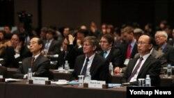 13일 서울에서 열린 '2012 한반도국제포럼, 평화와 통일-한반도 문제의 담론화' 개회식에 참석한 제임스 스타인버그 전 미국 국무부 부장관(가운데).)