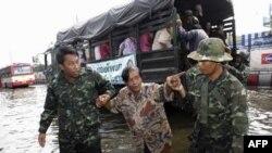 Binh sĩ Thái Lan giúp dân chúng trong quận Charoen, Bangkok di tản khỏi vùng ngập lụt hôm 2/11/11