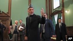 El presidente afgano Hamid Karzai saluda a los periodistas luego de una conferencia de prensa en Kabul.