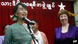 28일 버마 양곤에서 아웅산 수치여사와의 공동 기자회견에 참석한 유럽연합의 캐서린 애슈턴(우) 외교. 안보정책 고위대표