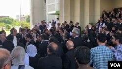 سپریم کورٹ میں وکلا کا ایک گروپ احتجاج کے لیے جمع ہے۔ 14 جون 2019