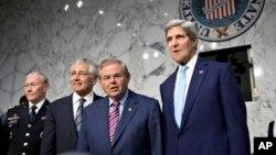 El secretario de Defensa Chuck Hagel, junto al senador Bob Menéndez y el secretario de Estado John Kerry, presentan ante el Congreso su argumento para actuar militarmente en Siria.