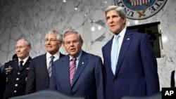 左起: 2013年9月3日在国会听证会开始前 - 参谋长联席会议主席登普西, 参院外交关系委员会主席梅嫩德斯, 国防部长哈格尔及国务卿克里