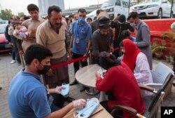 پاکستان میں کورونا وائرس کے دو مریضوں کی تصدیق کے بعد ملک میں ماسک نایاب ہو گئے ہیں۔ اسلام آباد میں ایک این جی او مفت ماسک تقسیم کر رہی ہے۔