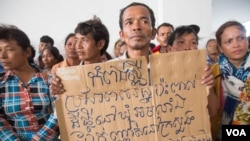 People from Kampong Speu province gather at the Ministry of Land Management, Urban Planning and Construction to file against Phnom Penh Sugar Company on Friday, August 12, 2016 in Phnom Penh. (Leng Len/VOA Khmer).
