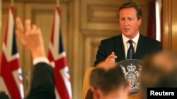 Thủ tướng Anh David Cameron nói chuyện tại một cuộc họp báo ở London