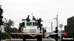 一辆装甲车3月8日通过联合国在戈兰高地叙以边境附近的基地的大门