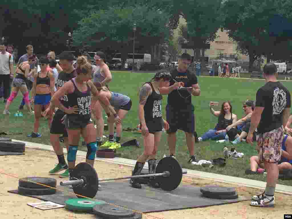 رقابت شرکت کنندگان در محوطه چمن مقابل کنگره آمریکا