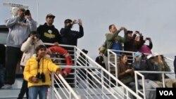 Para wisatawan menanti munculnya Paus di pantai Long Beach, dekat Los Angeles, negara bagian California (foto: dok).